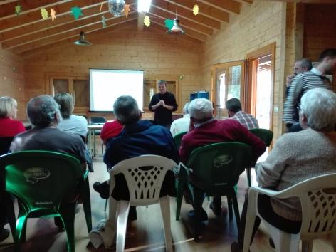 Damián Copena nunha charla informativa sobre o proxecto eólico de Laxe este sábado pasado, 23 setembro cos propietarios. 2.