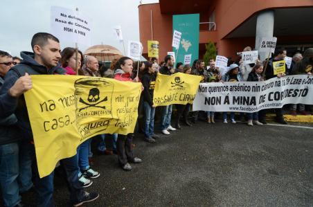 Fotografía rexeitamento social á mina de Corcoesto, diante do concello de Cabana
