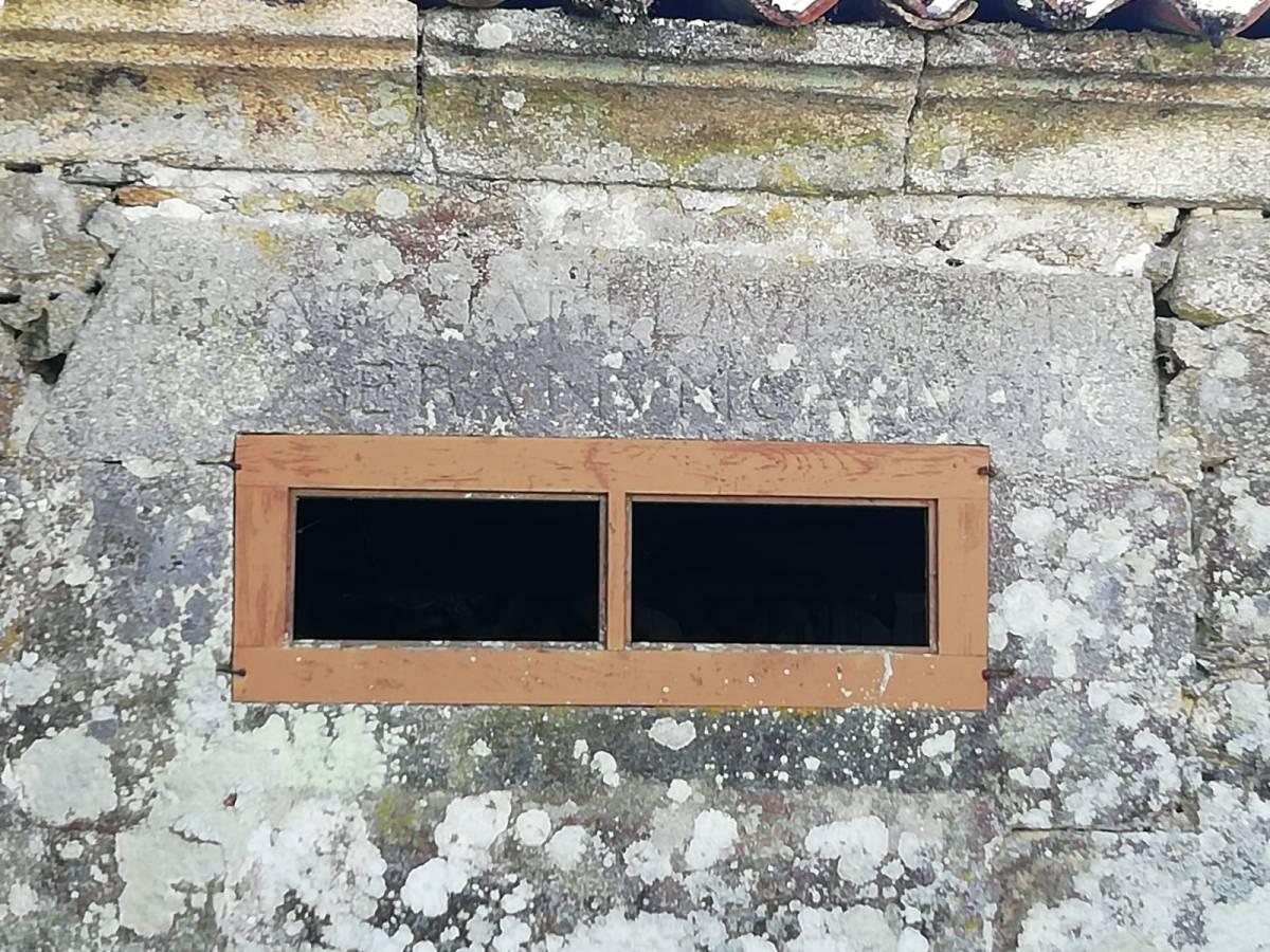 Inscripción en piedra sobre ventana casa rectoral Barrán municipio Piñor