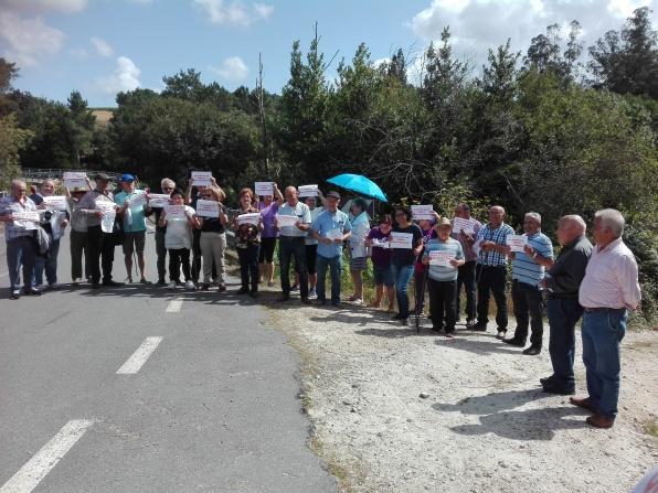 Concentración en Xabarido para pedir o arranxo da ponte